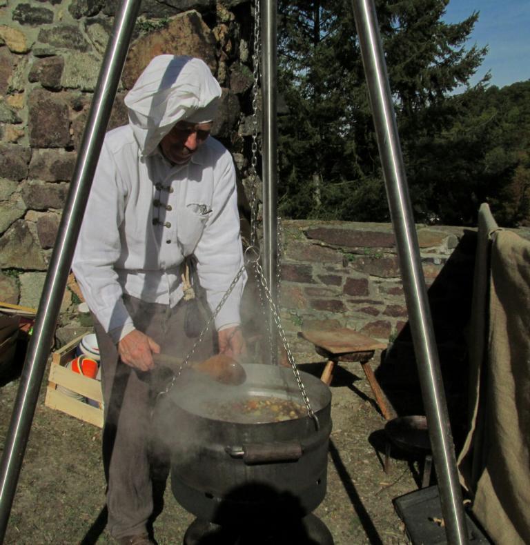 Willi kocht leckeren ungarischen Kesselgulasch